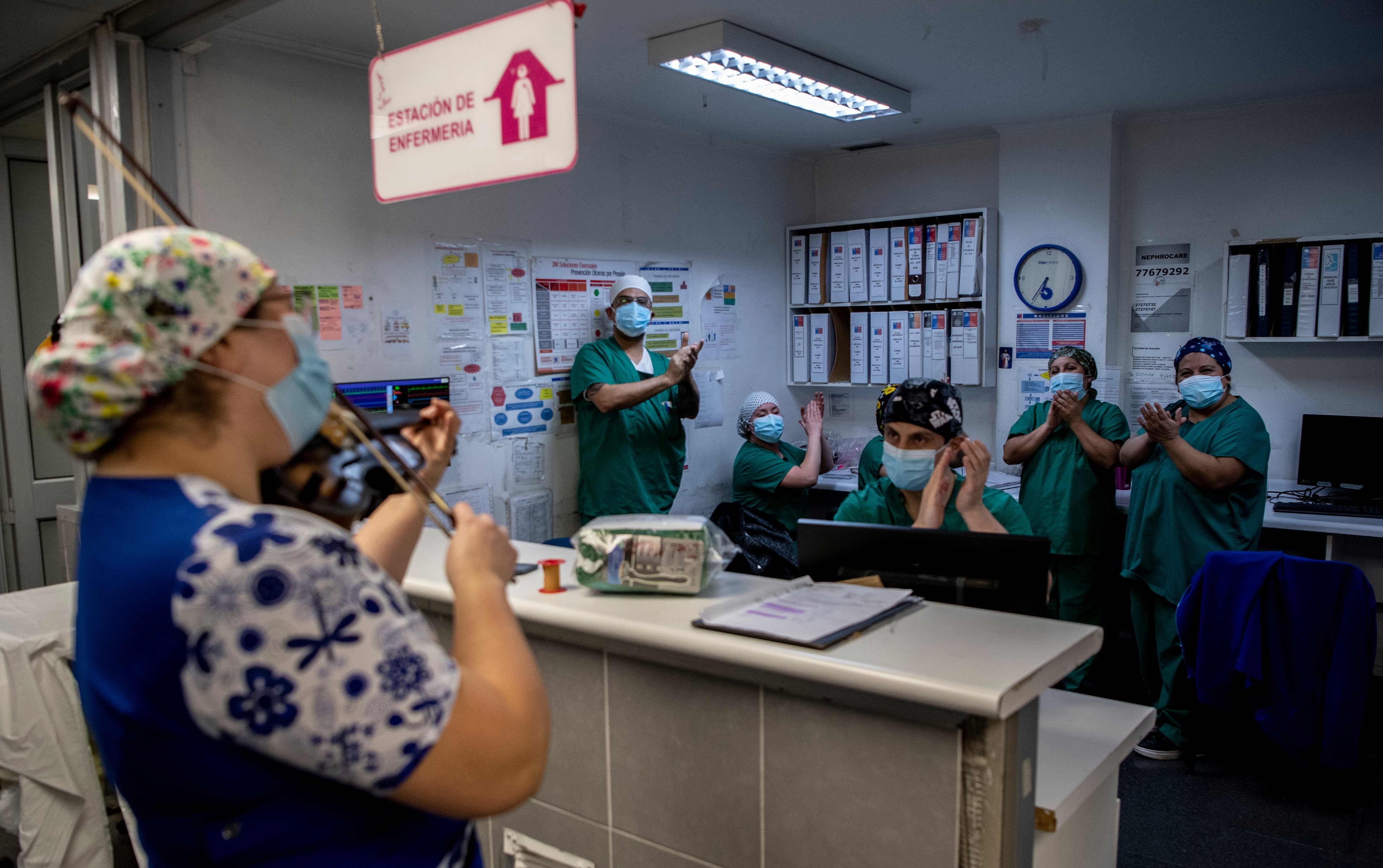 智利:新冠病房里的琴声悠扬